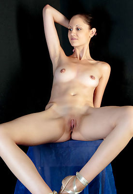 """""""Sade Mare shows off her gorgeous dancer's body with en pointe feet and sexy long legs"""""""